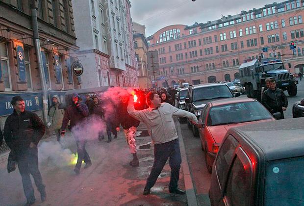 2007 год. После митинга участники «Русского марша» с файерами разбили витрину китайского ресторана и азербайджанского кафе. Милиция задержала около 20 человек