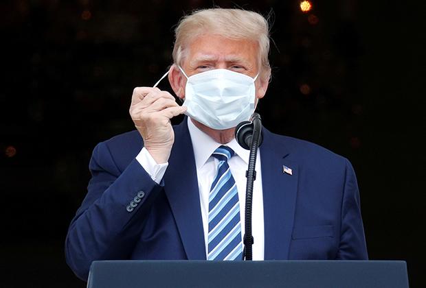 Трамп снимает маску на балконе Белого дома, октябрь 2020-го