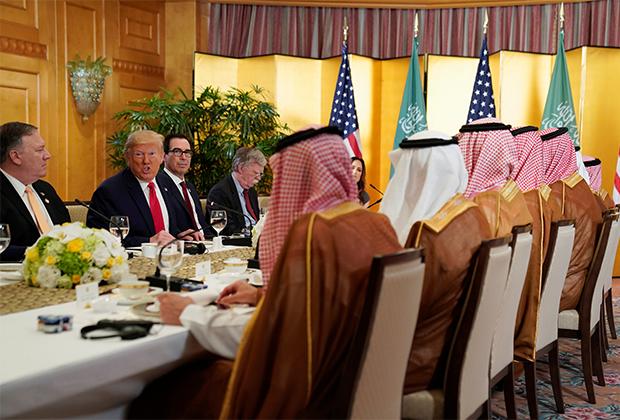 Трамп во время рабочего завтрака с наследным принцем Саудовской Аравии на саммите G20 в Японии в июне 2019-го