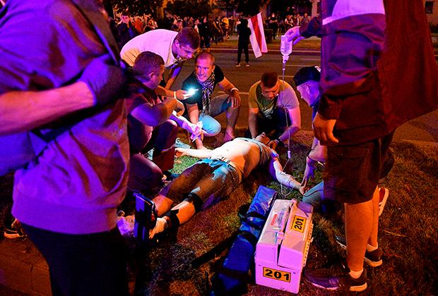 Врачи оказывают помощь пострадавшему во время акции протеста в Минске, 10 августа