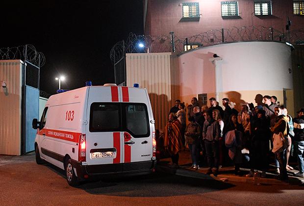 Автомобиль скорой помощи у Центра изоляции правонарушителей (ЦИП) на улице Окрестина в Минске