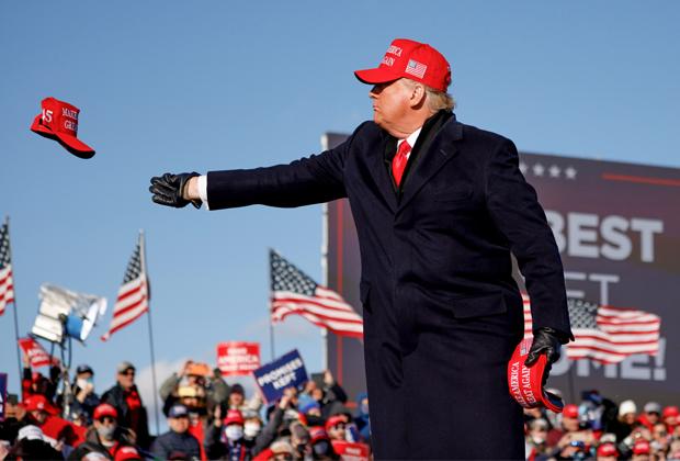 Трамп бросает кепку своим сторонникам в Пенсильвании