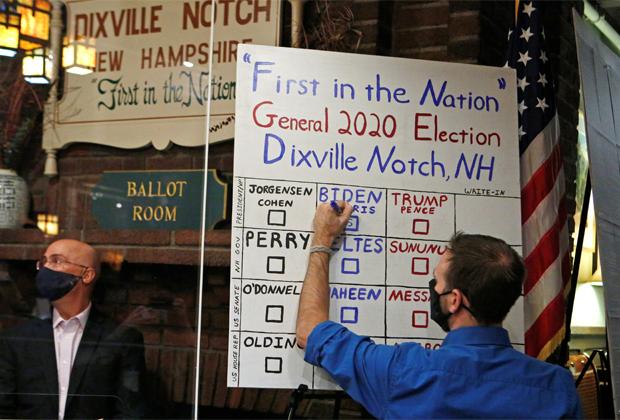 Заполнение таблицы после голосования в маленькой деревне Диксвилл-Нотч в штате Нью-Гэмпшир