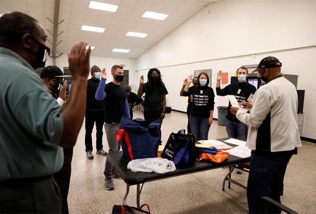 Сотрудники избирательного участка в Атланте (Джорджия)