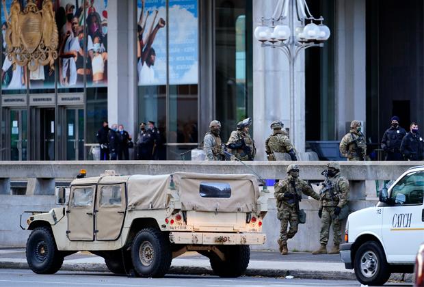 Сотрудники Нацгвардии и полиции перед административным зданием в Филадельфии в канун выборов