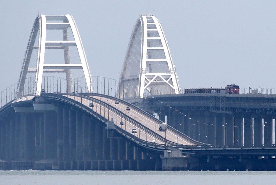Открытие грузового железнодорожного сообщения по Крымскому мосту. Крымский мост протяженностью 19 км является самым длинным в России и Европе, соединяет Крым с Кубанью. Движение легковых автомобилей и автобусов по нему открыто 16 мая 2018 года, проезд грузовиков — 1 октября того же года. Пассажирские поезда пошли по ж/д части моста 25 декабря 2019 года.