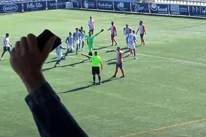 Вратарь сравнял счет, стал праздновать гол и пропустил удар с центра поля
