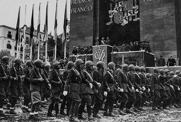 Итальянские фашисты на параде в честь победы Франко в Мадриде в 1939 году