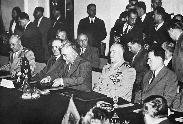 Представители стран будущего ОВД на встрече в Варшаве, 1955 год