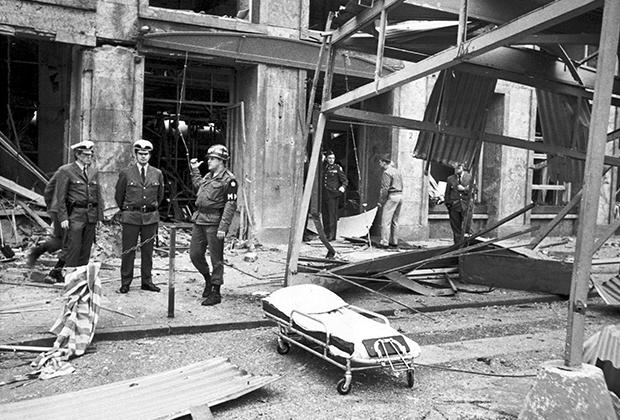 В результате взрыва погиб один человек, 13 пострадало. Атака была частью «Майского наступления» RAF — серии нападений на западногерманские учреждения и предприятия.