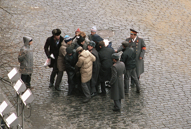 Милиция и прохожие задерживают террориста Александра Шмонова на Красной площади
