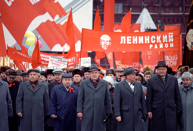 Рядом с Горбачевым — председатель Верховного Совета РСФСР Борис Ельцин (второй справа) и другие руководители страны, РСФСР, КПСС, Москвы возглавляют колонну демонстрантов. Последняя ноябрьская демонстрация на Красной площади в честь 73-летней годовщины Великой Октябрьской социалистической революции 1917 года.