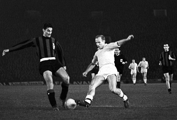 Эдуард Стрельцов (справа) и игрок итальянской команды Аристиде Гуарнери. Футбольный матч «Торпедо »(Москва) - «Интернационале» (Милан), 1966 год.