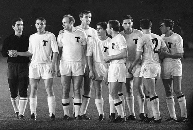Эдуард Стрельцов (третий слева), 1967-68 гг.