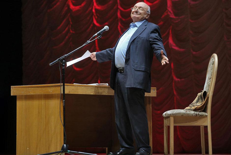 Писатель-сатирик Михаил Жванецкий во время выступления на своем сольном концерте