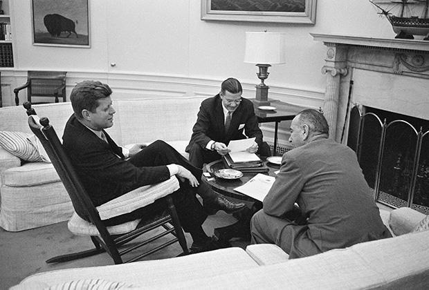 Президент Джон Кеннеди, вице-президент Линдон Джонсон и министр обороны США Роберт Макнамара, март 1961 года