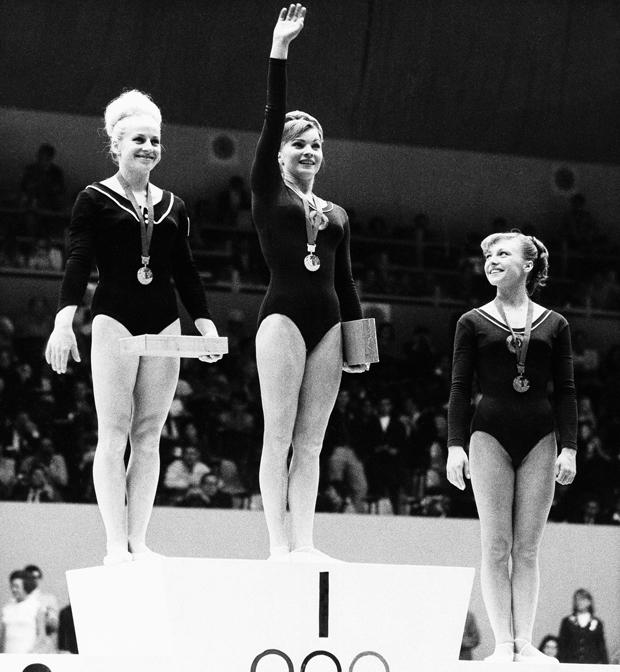 Слева направо: Вера Чаславска, Лариса Петрик, Наталья Кучинская. Олимпиада-1968. Награждение в опорном прыжке