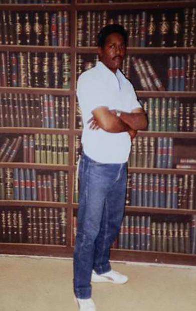 Ричард Филлипс в тюремной библиотеке