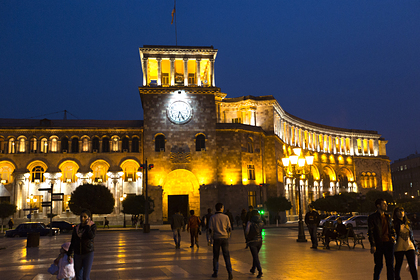 Недовольные прекращением войны армяне начали собираться в центре Еревана