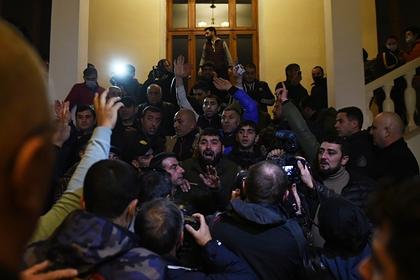 Протестующие армяне избили спикера парламента