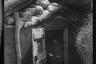 Немецкий военный читает книгу в блиндаже на передовой. Западный фронт, 1916 год.