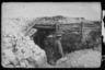 Немецкий офицер идет вдоль окопа на передовой. Западный фронт, 1916 год.