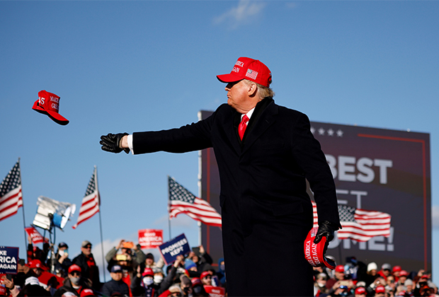 Трамп кидает кепку своим сторонникам