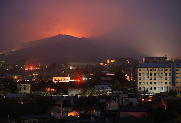 Вид из Степанакерта на зарево от обстрела Шуши