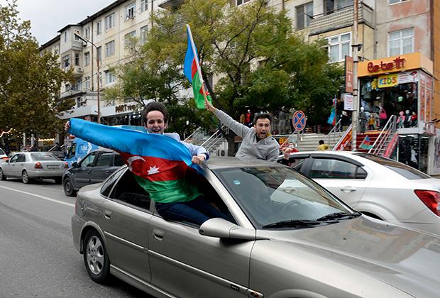 Азербайджанцы празднуют взятие Шуши