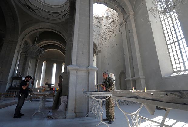 Поврежденная при обстреле армянская церковь в Шуши