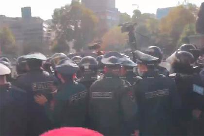 Протестующие в Ереване избили полицейского