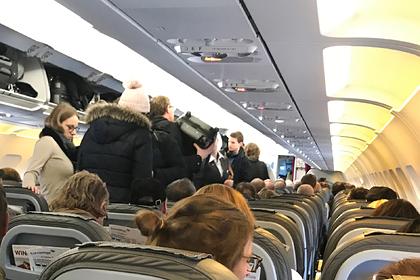 Самолет совершил экстренную посадку из-за оставшейся без штанов пассажирки