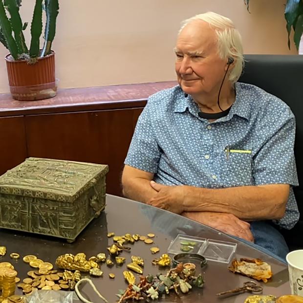 Форрест Фенн во время июньской встречи с человеком, нашедшим его клад