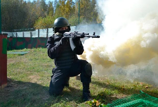 Боец спецназа ФСИН на ведомственных испытаниях