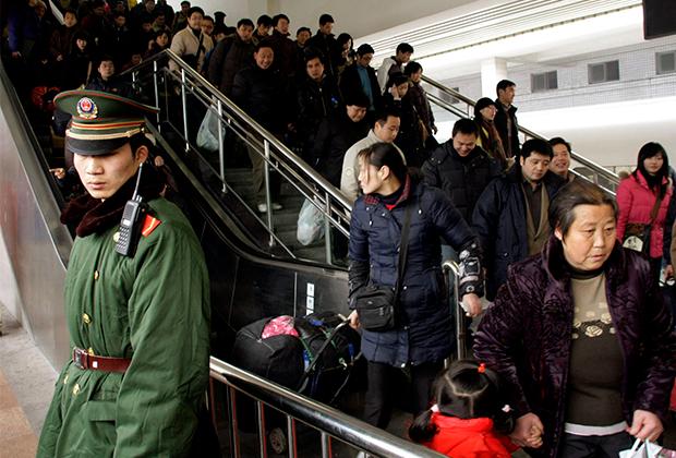 Пассажиры на вокзале в Шанхае