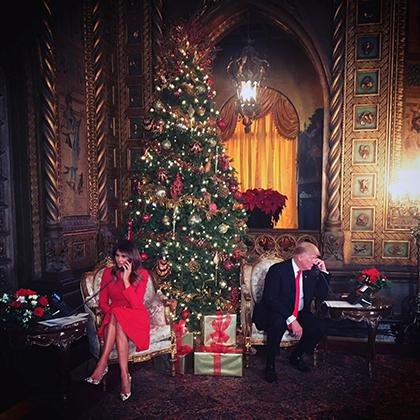 Дональд Трамп и первая леди Мелания помогают детям отслеживать Санта-Клауса по телефону в канун Рождества из их частного курорта Мар-а-Лаго, 24 декабря 2017 года