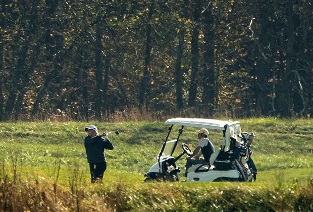 Дональд Трамп играет в гольф в своем клубе в Вирджинии