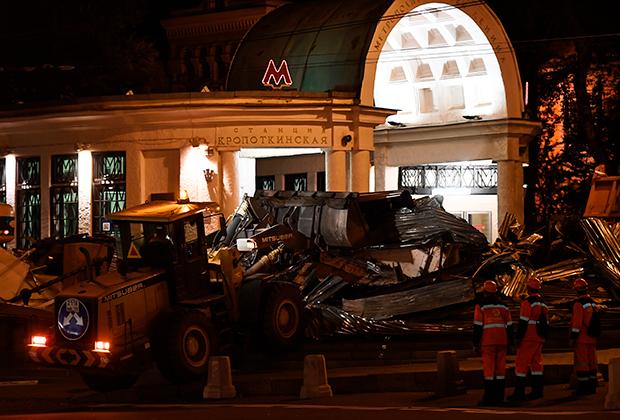 Снос незаконно построенного торгового павильона рядом со станцией метро «Кропоткинская» в Москве