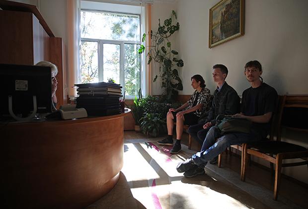 Студенты, ранее задержанные за участие в акциях протеста, в приемной ректора МГЛУ