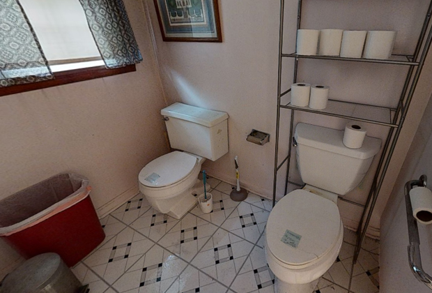 Туалет с двумя унитазами в подвале