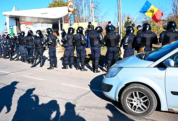 Сотрудники полиции в приграничном поселке Варница обеспечивают проезд автомобилей из Приднестровья в Молдавию в день второго тура выборов президента Молдавии. Сторонники Санду пытаются препятствовать проезду автомобилей из Приднестровья в Молдавию, чтобы уменьшить участие жителей ПМР в выборах, так как в первом туре за Додона проголосовали 74,25 процента жителей непризнанной республики.