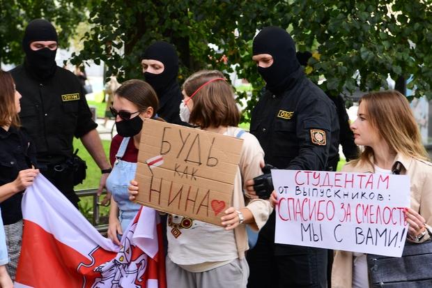 Задержание участников акции в поддержку преподавателей у здания БГЛУ