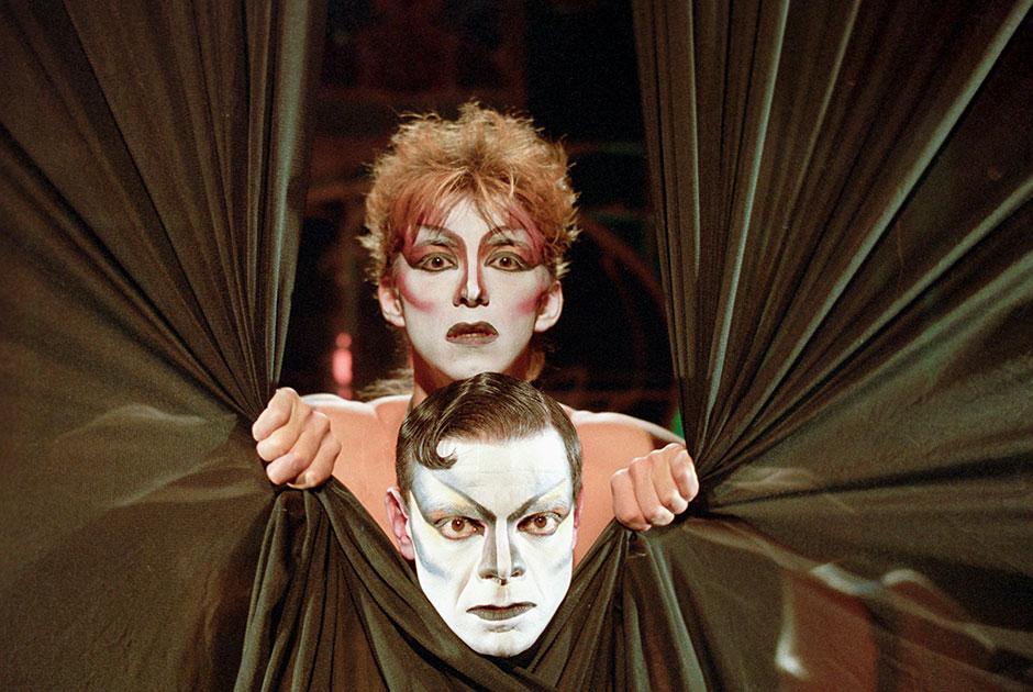 С середины 1970-х Роман Виктюк занимается и спектаклями в московских театрах. Постановка «Служанки» на сцене «Сатирикона» становится самой известной в его карьере. Ее показывают во многих странах мира, активно хвалят в прессе — спектакль по пьесе Жана Жене превращает самого Виктюка в одного из самых известных театральных деятелей того времени.