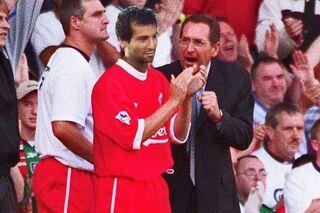 Фотоколлаж с Дидье Батистом (в центре) и Жераром Улье с матча футбольного клуба «Ливерпуль»