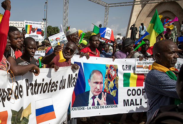 Демонстрации в Мали. На плакатах написано «Путин — дорога в будущее»