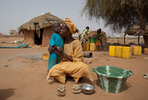 Женщина с плачущим от голода ребенком. Сенегал, 2012 год