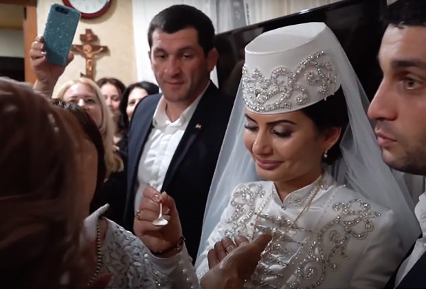 Невеста угощает медом родственниц