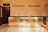 Сдержанное и невычурное воплощение фразы «дорого-богато» предложила датская команда Reform. Буйство золотого оттенка архитекторы устроили на кухне в офисе модельера из Копенгагена Стины Гойи (Stine Goya). После переезда девушка купила для офиса серые икеевские фасады и вскоре обратилась в Reform за новой идеей.<br><br>Дизайнеры выкрасили стены кухни в маслянисто-желтый цвет, оттенив его деревянным полом и установили латунные фасады с монохромной черной столешницей, а в качестве яркого акцента закрепили входную дверь сливового оттенка. В обеденной зоне дизайнеры решили добавить легкости, поставив вазы с восточным орнаментом и повесив люстру, по форме напоминающую китайский фонарик.