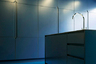 Ярко-синяя задумка комнаты в доме в лондонском районе Клапхэм принадлежит бюро Bureau de Change Architects. Дизайнеры поиграли на контрастах, разделив смелым оттенком просторное помещение — кухня должна была выделяться на фоне белой гостиной. В центре пространства стоит барная стойка, которая «перетекает» в столешницу с раковиной и хромированным краном. У шкафов нет выступающих ручек — спрятанные в вырезах стены они образуют геометрический узор.<br><br>Дизайнеры создали на кухне монохромное пространство, выкрасив все фасады, пол и потолок в один цвет. Они добавили воздушности с помощью встроенных в потолок светильников, которые повторяют узор на шкафах и делают кухню похожей на космический корабль.