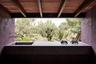 Дом с сиреневой кухней спрятан в горах Серра-де-Трамунтана на испанской Майорке. В 2019 году его придумала команда архитектурной студии Mar Plus Ask в качестве убежища для творцов — художников и писателей. Взяв за основу мягкий пастельный цвет, дизайнеры хотели продемонстрировать гармонию природы и здания, которое идеально вписывается в окружающий пейзаж с оливковыми деревьями.<br><br> Кухня в The Olive Houses выглядит как почти отшельнический вариант, где есть только раковина, две газовые конфорки, столешница и небольшой стол. Во время ремонта у дизайнеров были сложности — они не могли найти достаточно места для широкой рабочей поверхности. В итоге архитекторы решили проблему, прорубив проем в одной из стен. Для большей натуральности они закрыли потолок деревянными балками и отказались от штор. Видимо, настоящим творцам насекомые и птицы не страшны.
